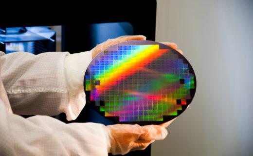 Aledia_Grand-wafer-de-Silicium-de-200mm-avec-LEDs_Yole_itw